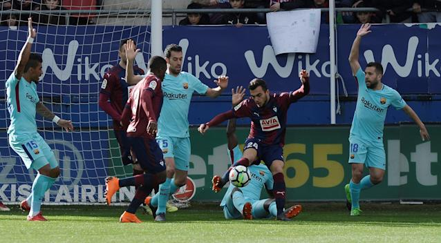 Soccer Football - La Liga Santander - Eibar vs FC Barcelona - Ipurua, Eibar, Spain - February 17, 2018 Eibar's Joan Jordan in action as Barcelona's Sergio Busquets, Paulinho and Jordi Alba appeal to the officials REUTERS/Vincent West