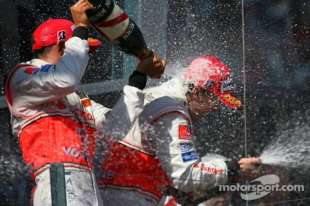 "Podio: champagne para Fernando Alonso y Lewis Hamilton <span class=""copyright"">XPB Images</span>"