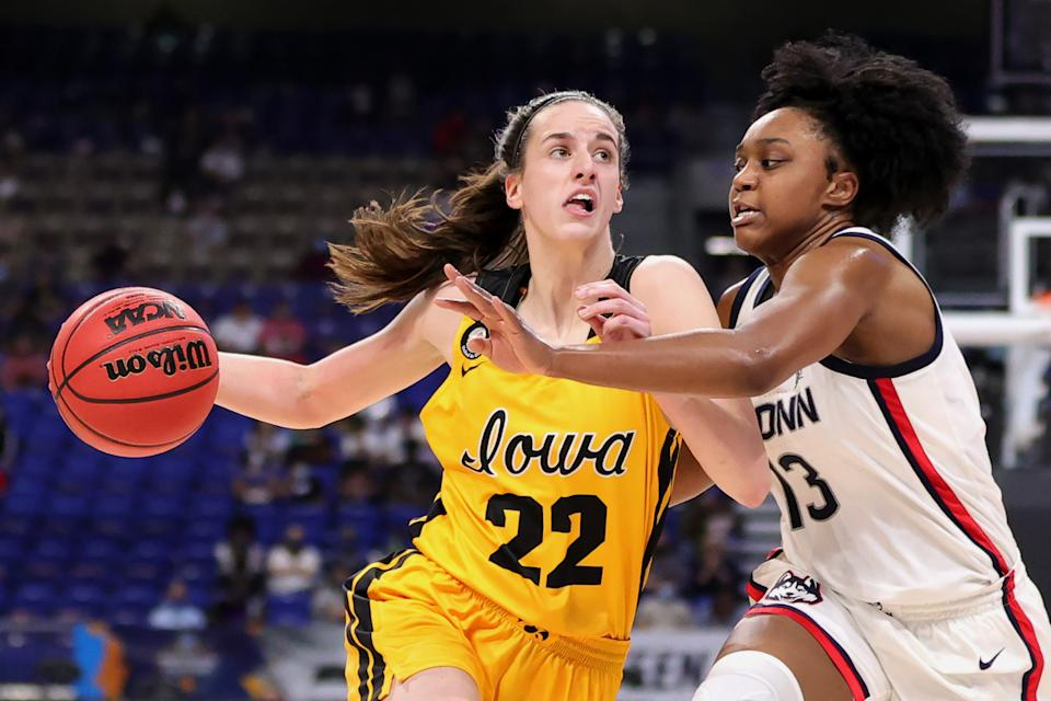SAN ANTONIO, TEXAS - MARCH 27: Caitlin Clark #22 of the Iowa Hawkeyes drives against Christyn Williams #13 of the UConn Huskies during the first half in the Sweet Sixteen round of the NCAA Women's Basketball Tournament at the Alamodome on March 27, 2021 in San Antonio, Texas. (Photo by Carmen Mandato/Getty Images)