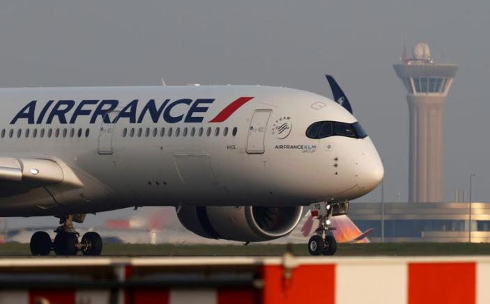 FILE PHOTO: An Air France airplane lands at the Charles-de-Gaulle airport in Roissy