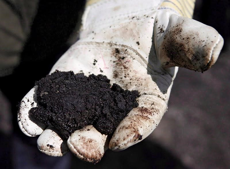 Oilsands firms considering diluent recovery units to boost crude-by-rail volumes