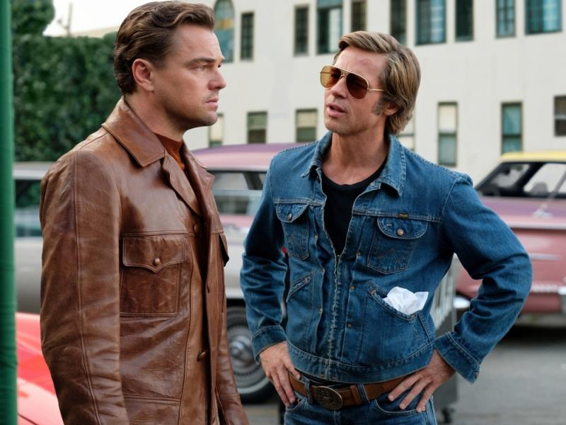 """Once Upon a Time... in Hollywood"": Leonardo DiCaprio (l.) und Brad Pitt in ihren Filmrollen Rick Dalton und Cliff Booth (Bild: © 2019 Sony Pictures Entertainment Deutschland GmbH/Photo by Andrew Cooper)"