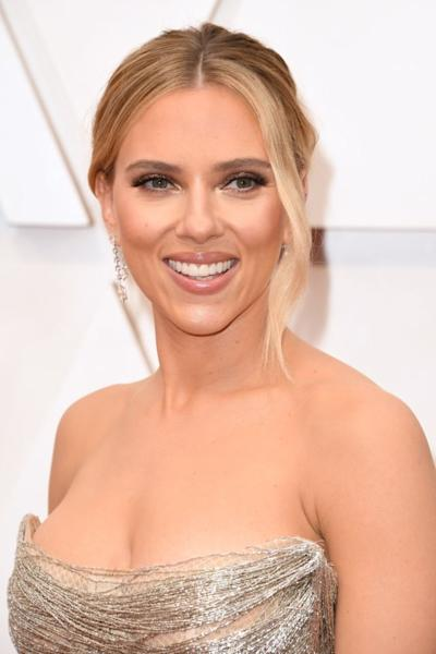Scarlett Johansson's makeup was a symphony of elegant nude pinks and taupes, from her shimmering eyeshadow to her Nineties-style lip gloss