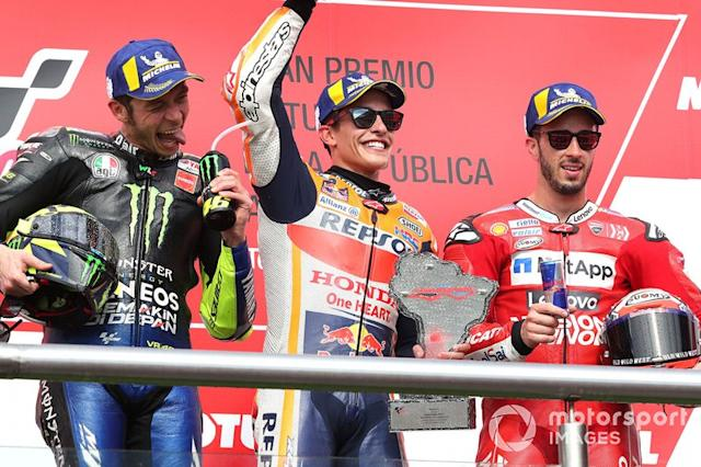 """Podio: 1º Marc Márquez, 2º Valentino Rossi, 3º Andrea Dovizioso <span class=""""copyright"""">Gold and Goose / LAT Images</span>"""