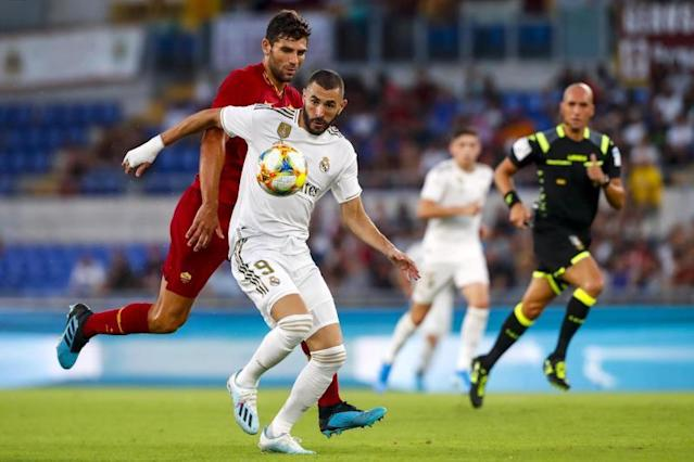 Roma's Federico Fazio (L) and Real Madrid's Karim Benzema (R) in action during the international friendly soccer match AS Roma vs Real Madrid CF at Olimpico stadium in Rome, Italy, 11 August 2019. (Futbol, Amistoso, Italia, Roma) EFE/EPA/ANGELO CARCONI