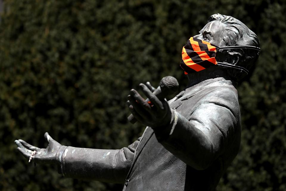A statue of singer Tony Bennett in San Francisco, California was adorned with a face mask. (Photo: Getty Images)