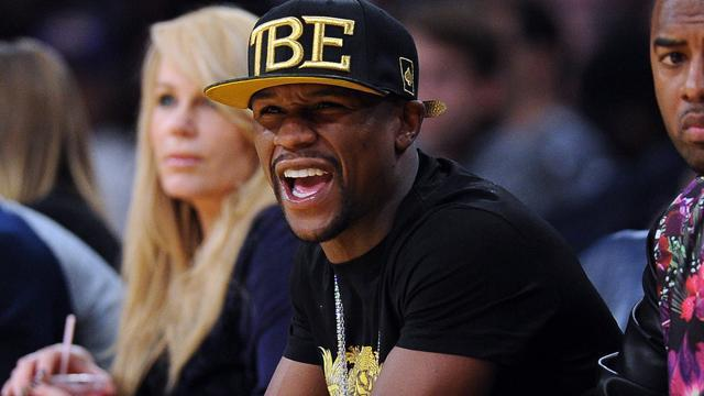 "Floyd Mayweather tweeted a ""Christmas card to the world"" which poked fun at Manny Pacquiao. Tony Luftman and Roger Lodge discuss."