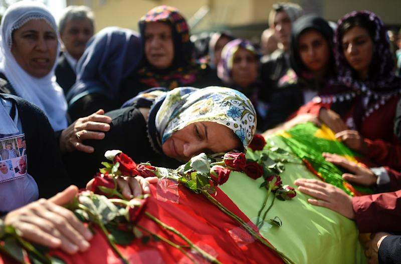 Relatives mourn over the coffin of a victim of the twin bombings in Ankara, during a funeral in Istanbul on October 12, 2015 (AFP Photo/Bulent Kilic)