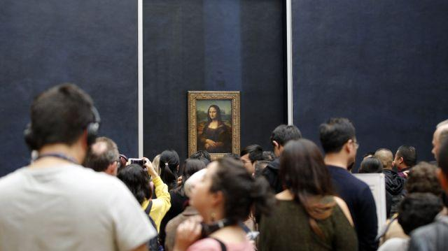 Crowds in front of the Mona Lisa