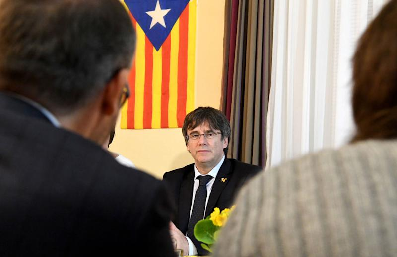Catalan separatist leader Carles Puigdemont talks to supporters. | Carsten Rehder – Picture Alliance/Getty Images