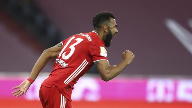 Pemain Bayern Munchen Eric Maxim Choupo-Moting merayakan gol ke gawang Bayer Leverkusen pada pertandingan Bundesliga di Stadion Allianz Arena, Munich, Jerman, Selasa (20/4/2021). Bayern Munchen menang 2-0. (AP Photo/Matthias Schrader, Pool)