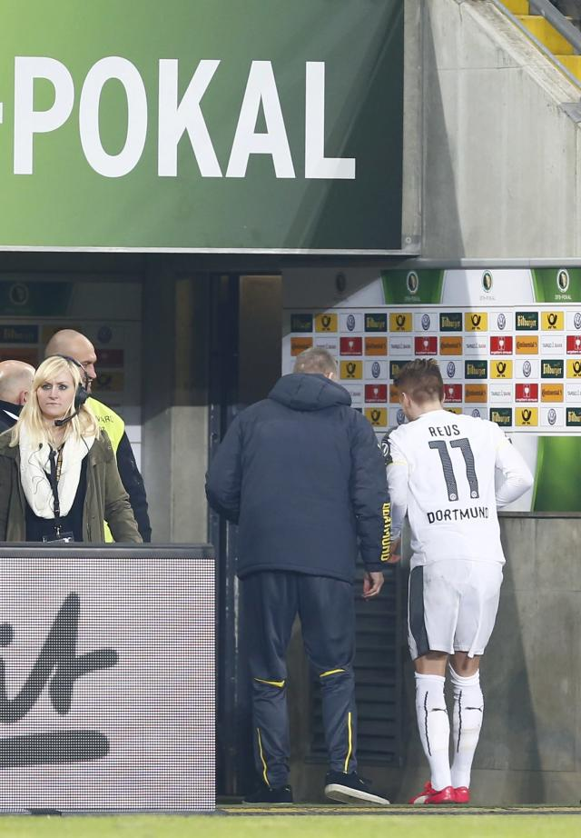 Borussia Dortmund's Marco Reus leaves the pitch following an injury during his team's German Cup (DFB Pokal) soccer match against Dynamo Dresden in Dresden March 3, 2015. REUTERS/Hannibal Hanschke (GERMANY - Tags: SOCCER SPORT) DFB RULES PROHIBIT USE IN MMS SERVICES VIA HANDHELD DEVICES UNTIL TWO HOURS AFTER A MATCH AND ANY USAGE ON INTERNET OR ONLINE MEDIA SIMULATING VIDEO FOOTAGE DURING THE MATCH.