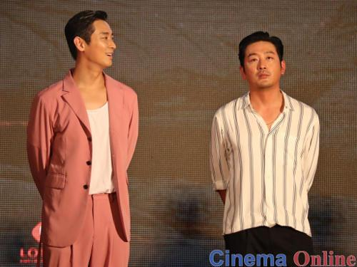Ha Jung-woo (right) channelling his super serious Kang-lim persona.