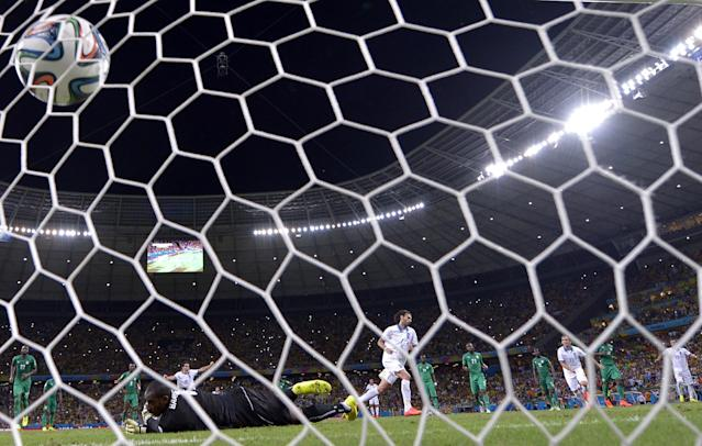 Ivory Coast's goalkeeper Boubacar Barry concedes a penalty to Greece's forward Georgios Samaras (back C) at the Castelao Stadium in Fortaleza during the 2014 FIFA World Cup on June 24, 2014 (AFP Photo/Aris Messinis)