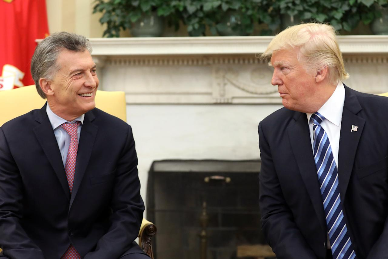 U.S. President Donald Trump and Argentina's President Mauricio Macri meet at the Oval Office of the White House in Washington, U.S., April 27, 2017. REUTERS/Carlos Barria     TPX IMAGES OF THE DAY