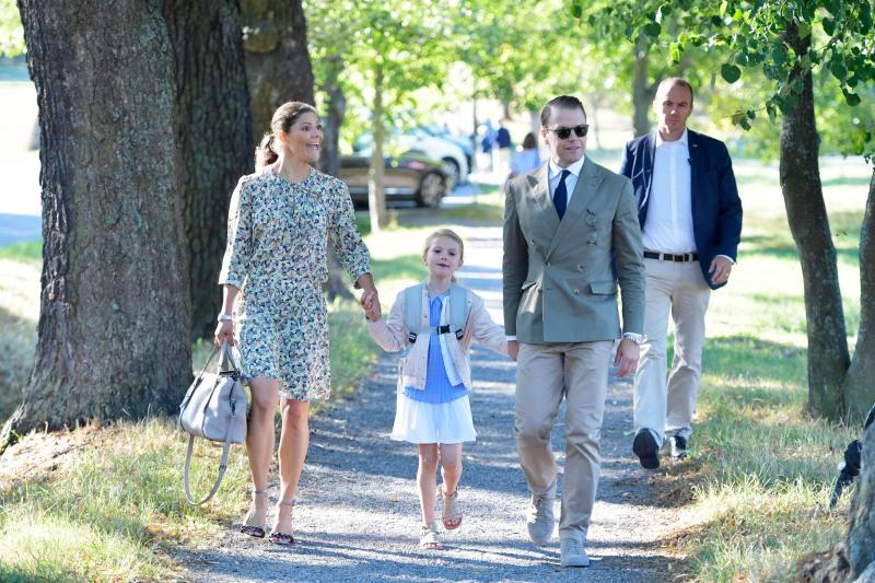 Crown Princess Victoria and Prince Daniel of Sweden walk their daughter Princess Estelle to her school Campus Manilla for her first day at school in Stockholm on August 21, 2018. (Photo by Jessica GOW / TT NEWS AGENCY / AFP) / Sweden OUT (Photo credit should read JESSICA GOW/AFP/Getty Images)