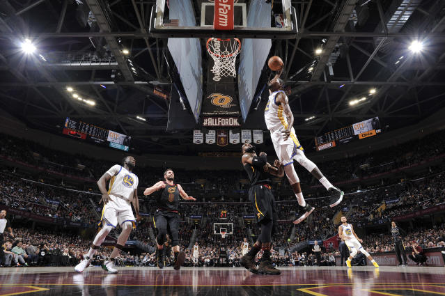 Kevin Durant elevates and detonates as LeBron James watches. (Getty)