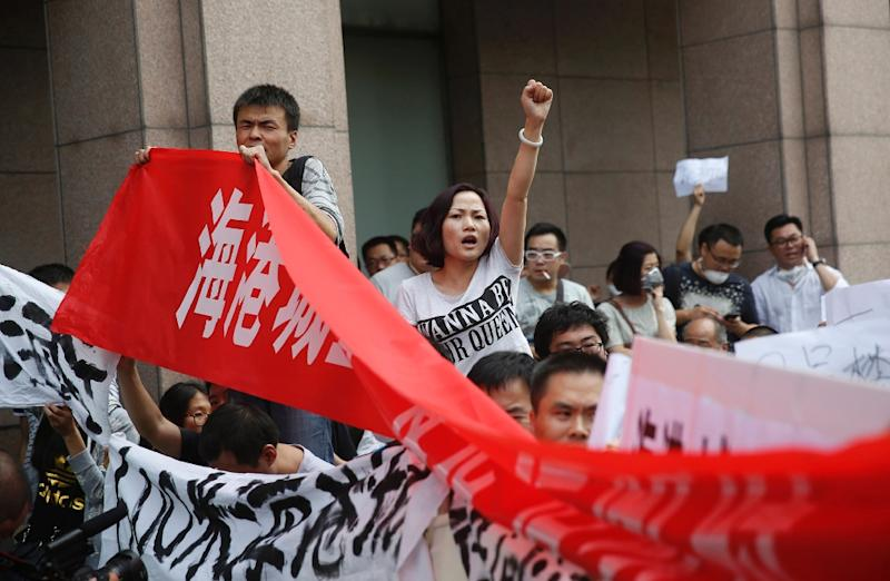 Residents whose homes were destroyed in the explosion at in Tianjin last week protest outside the hotel where authorities are holding a press conference in Tianjin on August 17, 2015 (AFP Photo/)