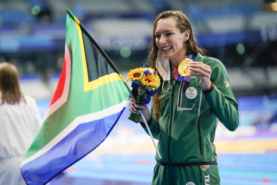 Tatjana Schoenmaker, of South Africa, celebrates after winning the gold medal in the women's 200-meter breaststroke final at the 2020 Summer Olympics, Friday, July 30, 2021, in Tokyo, Japan. (AP Photo/David Goldman)