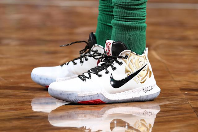 """<a class=""""link rapid-noclick-resp"""" href=""""/nba/players/4840/"""" data-ylk=""""slk:Kyrie Irving"""">Kyrie Irving</a> wears shoes dedicated to his late mother, Elizabeth, against he <a class=""""link rapid-noclick-resp"""" href=""""/nba/teams/bro/"""" data-ylk=""""slk:Brooklyn Nets"""">Brooklyn Nets</a>. (Getty)"""