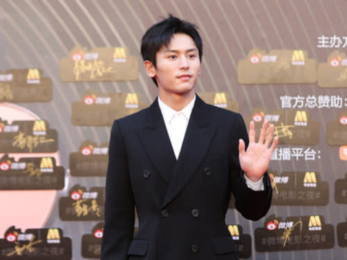 Rumour has it that Zhang Zhehan is signed with Zhao Wei's company
