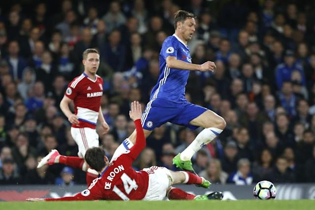 Chelsea's Nemanja Matic (R) skips a tackle by Middlesbrough's Marten de Roon during their English Premier League match, at Stamford Bridge in London, on May 8, 2017 (AFP Photo/Ian Kington)