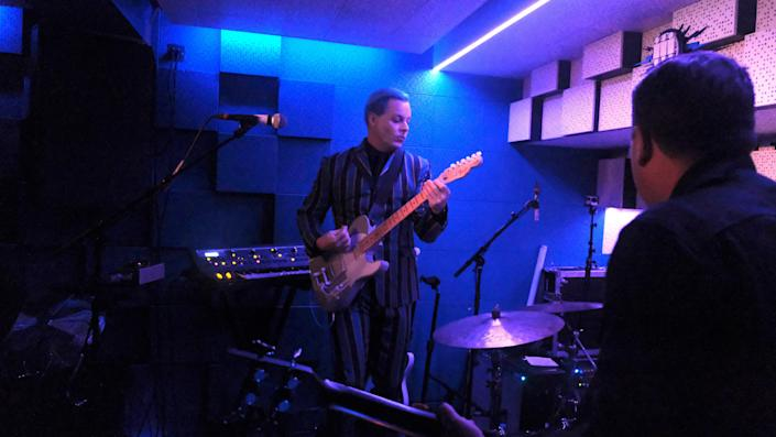 White performing in the Blue Basement, with hair to match the decor.