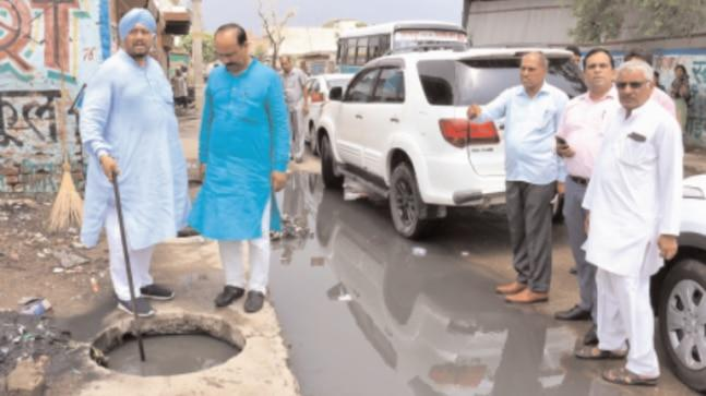 After the Municipal Corporation of Delhi (MCD) claimed that all drains in the national capital had been cleaned and prepped for the oncoming monsoon, an India Today TV team conducted a reality check and visited different locations, accompanied by Delhi Mayor.