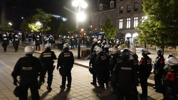 Montreal riot police dispersed a large crowd that had gathered in Old Montreal Saturday night.  (Stéphane Grégoire/Radio-Canada - image credit)