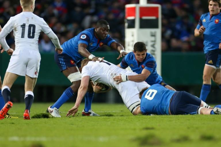 England's Lewis Boyce (C) fights for theball with French players during their Under 20 Six Nations rugby union match, in Pau, in March 2016