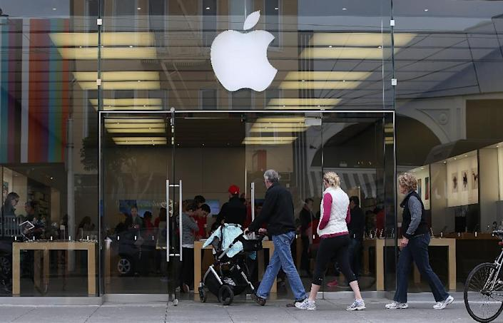 Customers enter an Apple Store on January 27, 2015, in San Francisco, California (AFP Photo/Justin Sullivan)
