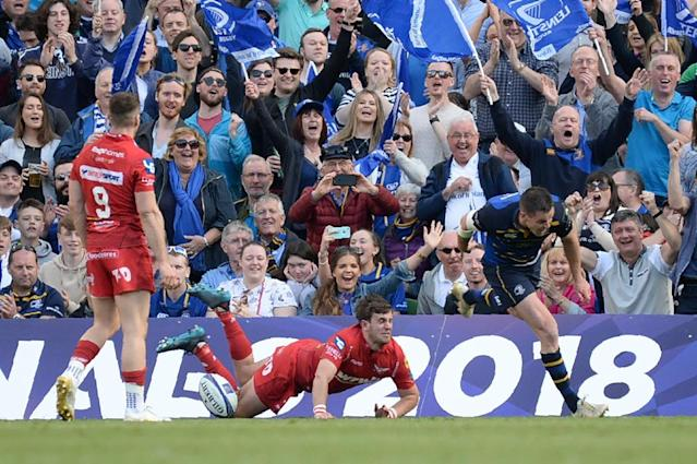 Leinster's Johnny Sexton (R) celebrates scoring a try in a resounding 38-16 win over Scarlets during the European Champions Cup semi-final (AFP Photo/Barry CRONIN)