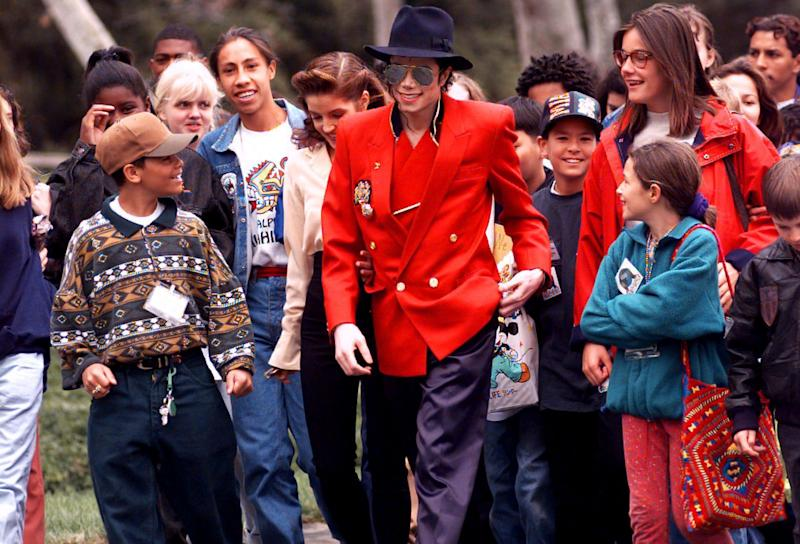Michael Jackson and his then-wife Lisa Marie Presley, giving children a tour of his Neverland ranch in 1995. (Photo: ASSOCIATED PRESS)