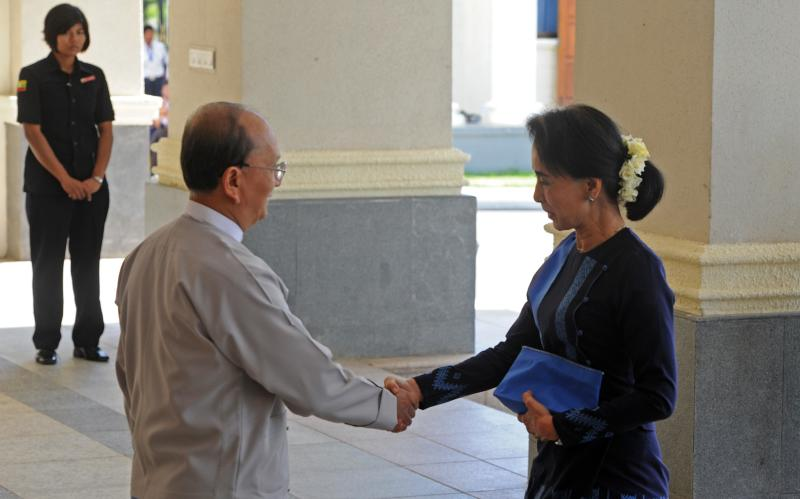 Myanmar President Thein Sein (L) greets Aung San Suu Kyi, chairman of National League for Democracy (NLD) and lower house member of Parliament, prior to their meeting at the persident's office in Naypyidaw, on October 31, 2014 (AFP Photo/Phyoe Hein Kyaw)