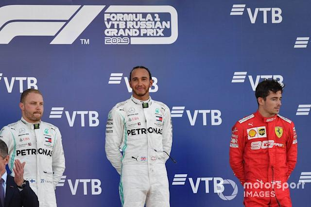 "Valtteri Bottas, Mercedes AMG F1, secondo classificato, Lewis Hamilton, Mercedes AMG F1, primo classificato, e Charles Leclerc, Ferrari, terzo classificato <span class=""copyright"">Simon Galloway / Sutton Images</span>"