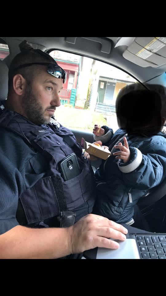 Two police officers bought a toddler a hot meal and are being celebrated for their kind gesture. (Photo: Facebook/Paulette Rutter Drankiewicz)