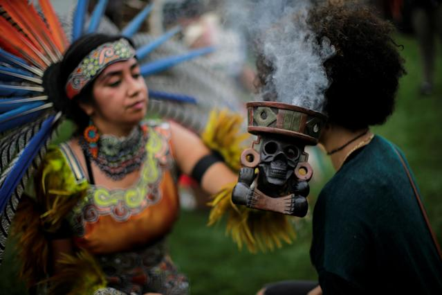 "<p>A reveller performs during a ""pow-wow"" celebrating the Indigenous Peoples' Day Festival in Randalls Island, in New York, Oct. 8, 2017. (Photo: Eduardo Munoz/Reuters) </p>"