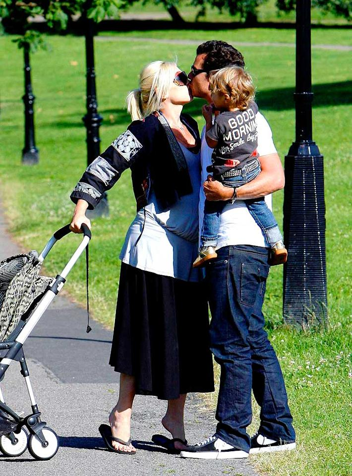 "Gwen Stefani leans in for a kiss with husband Gavin Rossdale. Son Kingston doesn't seem to mind one bit! Ben Dome/<a href=""http://www.pacificcoastnews.com/"" target=""new"">PacificCoastNews.com</a> - June 30, 2008"