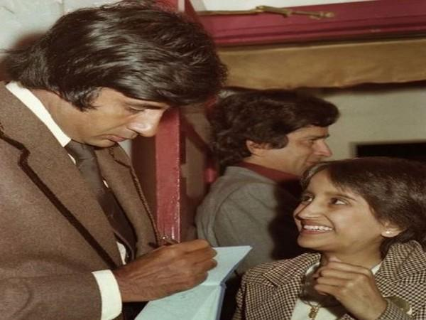 Amitabh Bachchan with a fan during the premiere of 'Kala Patthar' (Image source: Instagram)