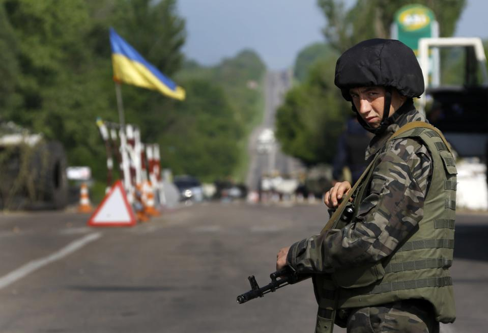 An Ukrainian army soldier mans a road-block north of the eastern Ukrainian town of Slaviansk May 13, 2014. Russia said on Tuesday new European Union sanctions will hinder efforts to defuse the crisis in Ukraine and urged the West to persuade Kiev to hold discussions on the country's future structure before a May 25 presidential election. REUTERS/Yannis Behrakis (UKRAINE - Tags: POLITICS CIVIL UNREST CONFLICT)