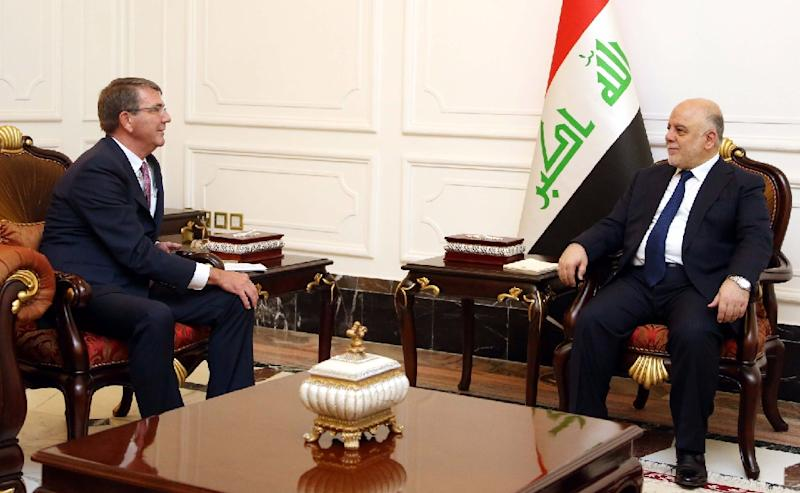 Iraqi Prime Minister Haidar al-Abadi (right) meeting with US Pentagon chief Ashton Carter in Baghdad on July 11, 2016 (AFP Photo/STRINGER)