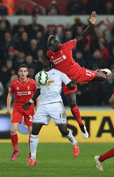 Swansea City's striker Bafetimbi Gomis (L) vies with Liverpool's defender Mamadou Sakho (R) during the English Premier League football match in Swansea on March 16, 2015 (AFP Photo/Paul Ellis)