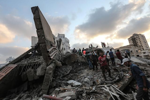 <p>People inspecting the rubble of a building following an Israeli airstrike on Gaza City, Aug. 9, 2018. (Photo: Mahmud Hams/AFP/Getty Images) </p>