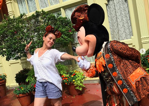 "<p>Look away, Minnie! The actress shared a dance with the one and only Mickey Mouse at Disneyland, sharing that she had a ""magical day"" at the park. (Photo: <a href=""https://www.instagram.com/p/BYZi7JRhP-O/?taken-by=milano_alyssa"" rel=""nofollow noopener"" target=""_blank"" data-ylk=""slk:Alyssa Milano via Instagram"" class=""link rapid-noclick-resp"">Alyssa Milano via Instagram</a>) </p>"