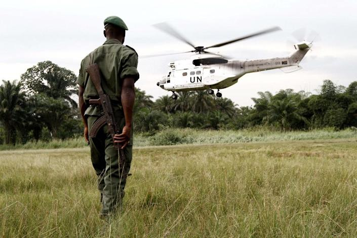 A soldier of the Congolese Defense Forces (FARDC) watches a UN helicopter from MONUSCO take off from Walikale in northeastern Democratic Republic of Congo on September 3, 2010 (AFP Photo/Marc Hofer)
