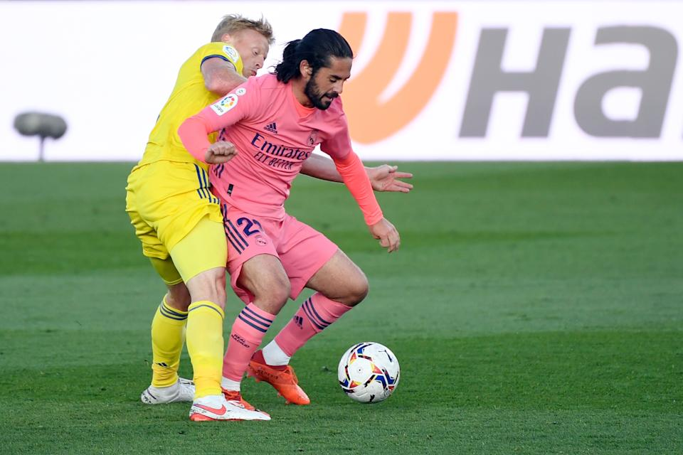 Cadiz's Danish midfielder Jens Jonsson (L) vies with Real Madrid's Spanish midfielder Isco during the Spanish League football match between Real Madrid CF and Cadiz CF at the Alfredo Di Stefano stadium in Valdebebas, northeastern Madrid, on October 17, 2020. (Photo by PIERRE-PHILIPPE MARCOU / AFP) (Photo by PIERRE-PHILIPPE MARCOU/AFP via Getty Images)