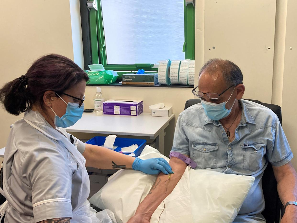 Brian Gray undergoing the iDx Lung test at the Southampton Clinical Trials Unit (Southampton Clinical Trials Unit/PA)