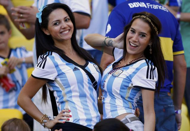 Fans of Argentina pose as they wait for the start of their 2014 World Cup final against Germany at the Maracana stadium in Rio de Janeiro July 13, 2014. REUTERS/Darren Staples (BRAZIL - Tags: SOCCER SPORT WORLD CUP)