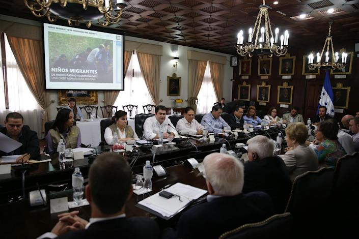 Honduran President Juan Orlando Hernandez (centre) speaks as he meets with US congressmen at the presidencial palace in Tegucigalpa on July 13, 2014 (AFP Photo/Casa Presidencial)