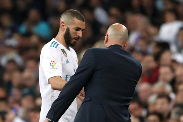 Soccer Football - La Liga Santander - Real Madrid vs Athletic Bilbao - Santiago Bernabeu, Madrid, Spain - April 18, 2018 Real Madrid's Karim Benzema is substituted off and Real Madrid coach Zinedine Zidane looks on REUTERS/Susana Vera